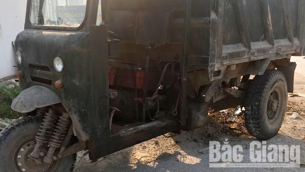 Bắc Giang, xe ba bánh tự chế va chạm với ô tô, một người trọng thương